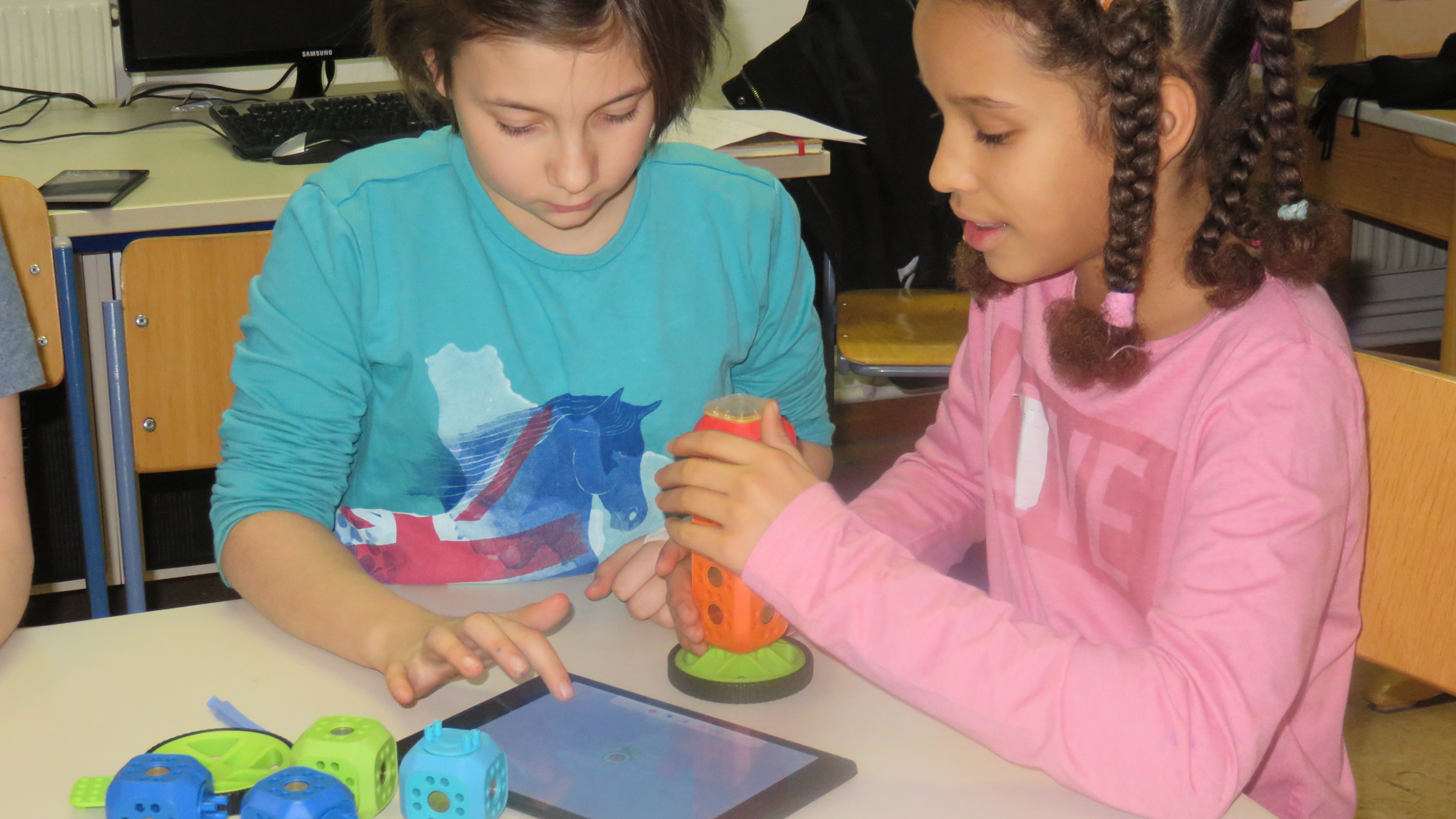 Schülerinnen der VS Kindermanngasse probieren Robo Wunderkind aus. © VS Kindermanngasse