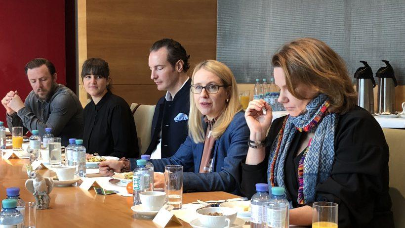Margarete Schramböck bei einem Frühstück mit österreichischen Gründern in Berlin. © BMDW