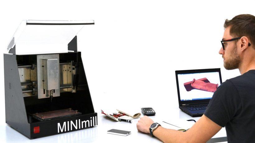 Jakob Neuhauser von QBot mit der Minimill-CNC-Fräse. © qBot