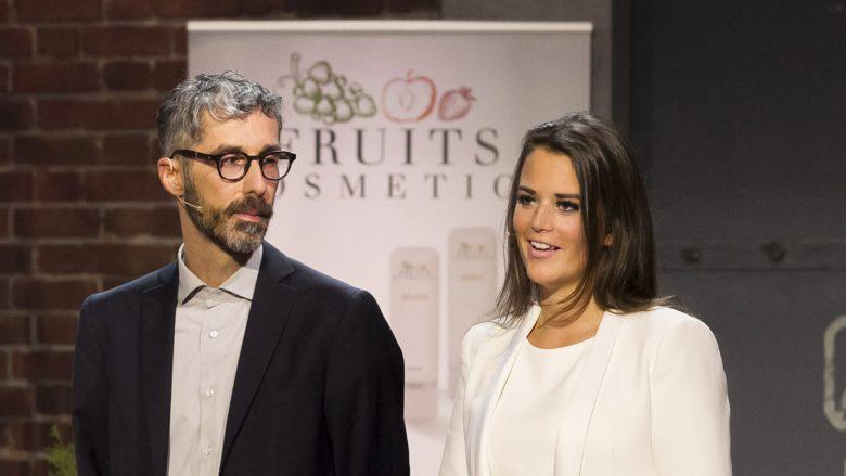 """Sabrina Rettenbacher mit dem Chemiker von """"Fruits Cosmetics"""" auf der Bühne von """"2 Minuten 2 Millionen"""". © Gerry Frank"""
