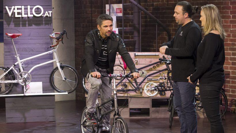Michael Altrichter dreht auf dem Vello Bike Runden durchs Studio. © Gerry Frank