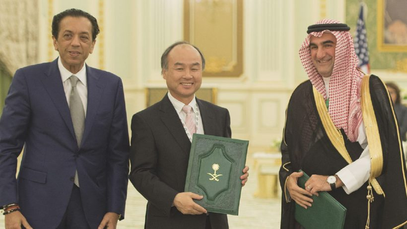 Rajeev Misra, (Softbank Investment Advisers), Masayoshi Son (Softbank) und H.E. Yasir Al Rumayyan (Managing Director of the Public Investment Fund of the Kingdom of Saudi Arabia). © Softbank/Vision Fund