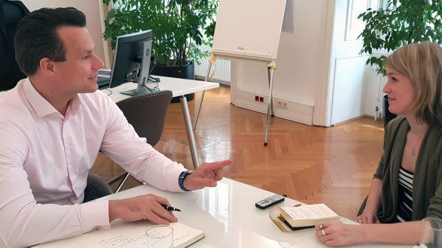 Wiener-Börse-Chef Christoph Boschan im Gespräch mit Trending-Topics-Redakteurin Sara Grasel. © Trending Topics