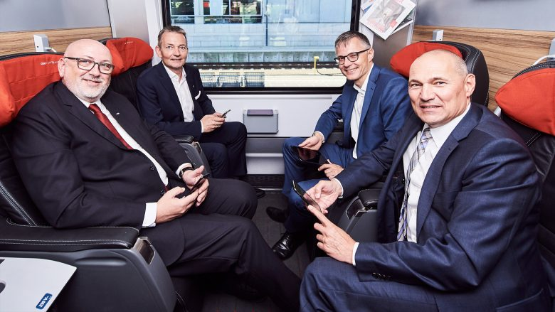 Andreas Matthä (CEO ÖBB), Marcus Grausam, (CEO A1), Jan Trionow (CEO Drei) und Rüdiger Köster (CTO T-Mobile) im Zug. © ÖBB