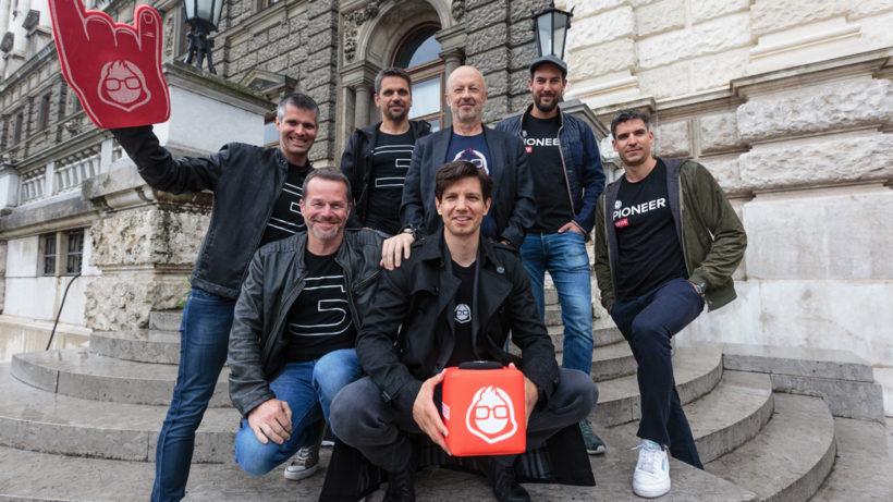 Michael Eisler, Bernhard Lehner, Michael Altrichter (startup300 AG), Hansi Hansmann (Business Angel), Oliver Csendes (sitzend, GF JFDI GmbH), Andi Tschas (Co-Founder JFDI GmbH) und Jürgen Furian (Co-Founder JFDI GmbH). © Patrick Mönnich/startup300