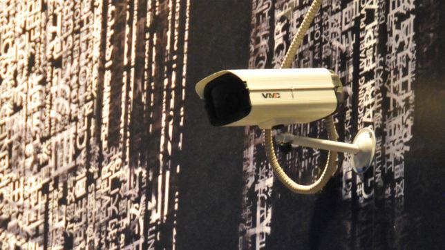 Überwachungskamera vor chinesischen Schriftzeichen. © Flickr/picturenarrative (CC BY-ND 2.0)