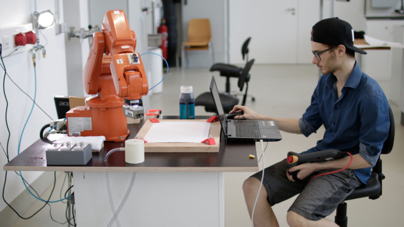 Eric Steinberger und ein ABB-Industrieroboter. © Rafael Roman
