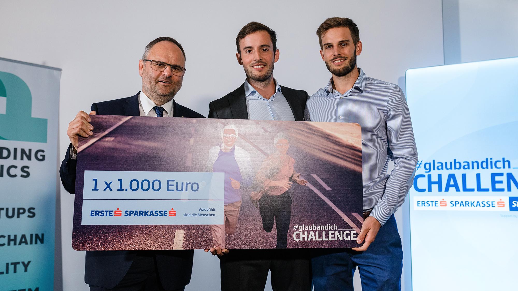Maximilian Pointner ( Finanzvorstand Sparkasse Oberösterreich) mit Lukas und Thomas Pastl von Surgebright. © Nina Danninger
