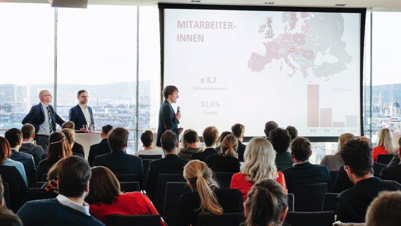 Markus Raunig präsentiert in der Skylounge der WKO. © Austrian Startups