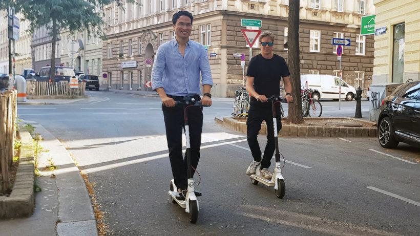 Christian Geßner, General Manager für Bird in Wien, und Jakob Steinschaden von Trending Topics cruisen um den Block. © Sara Grasel