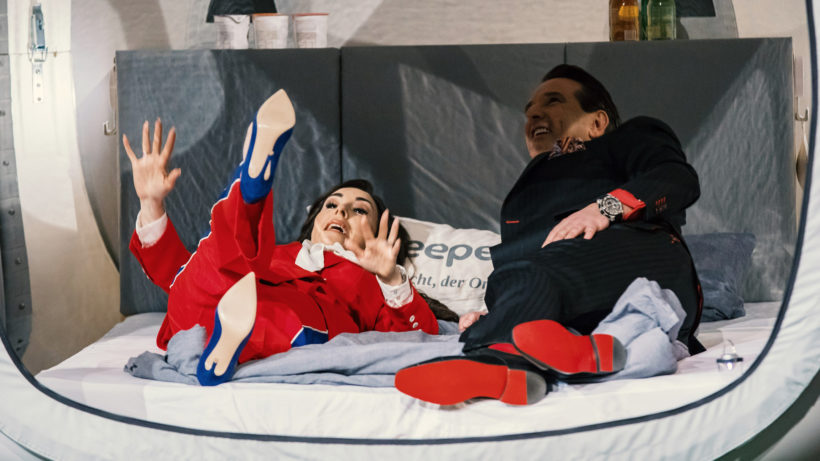 Die DHDL-Investoren Judith Williams und Ralf Dümmel in der Sleepero-Schlafkoje. © MG RTL D / Bernd-Michael Maurer