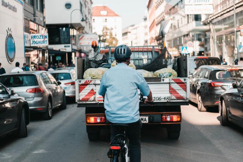 """Eric Frey von """"Der Standard"""" am E-Bike. © Romar Ferry"""
