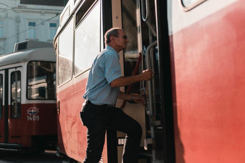 """Eric Frey von """"Der Standard"""" nimmt die Bim. © Romar Ferry"""