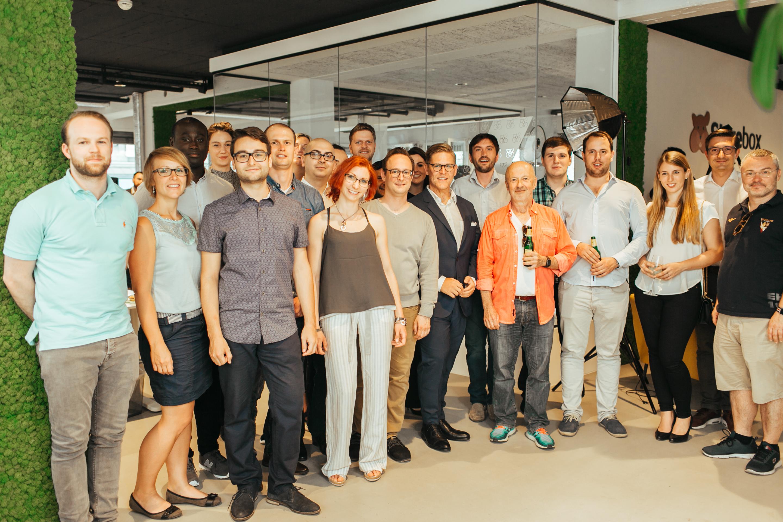 Das Storebox-Team rund um Business Angel Hansi Hansmann. © Adrian Almasan