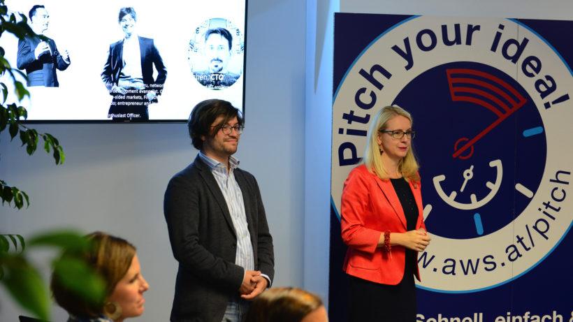 Bernhard Reiterer von SignD und Digitalministerin Margarete Schramböck. © aws