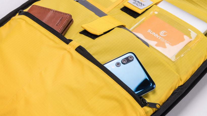 Der Sunnybag Iconic mit eigenem Fach für kakelloses Laden von Smartphones. © Sunnybag