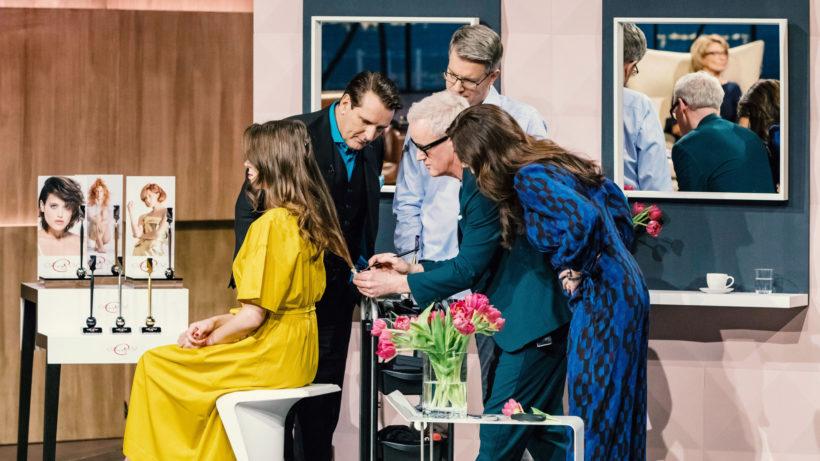"""Die Investoren Ralf Dümmel (l.), Frank Thelen und Judith Williams nehmen das """"Calligraphy Cut""""-Angebot von Frank Brormann (2.v.r.) unter die Lupe. © MG RTL D / Bernd-Michael Maurer"""