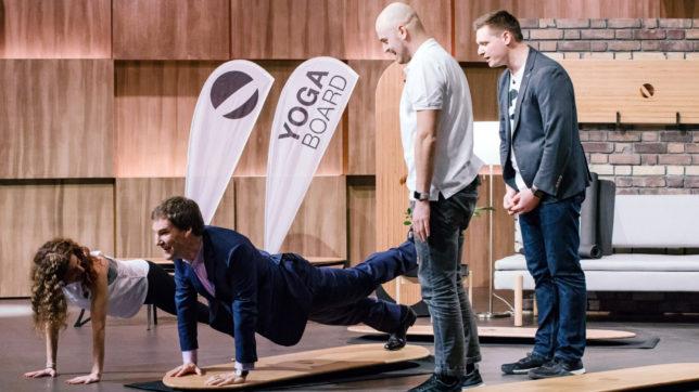 """Carsten Maschmeyer wird mit """"Yogaboard"""" sportlich. © MG RTL D / Bernd-Michael Maurer"""