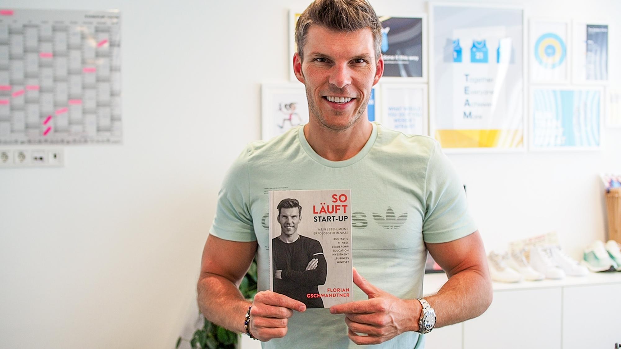 "Florian Gschwandtner mit seinem Buch ""So läuft Start-up"". © Trending Topics"