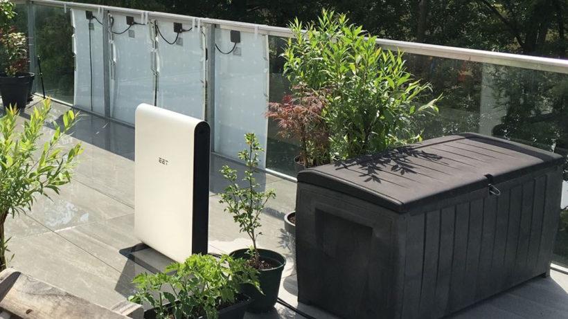 So sieht Solmate am Balkon aus - die Solarpaneele hängen im Hintergrund am Geländer. © EET