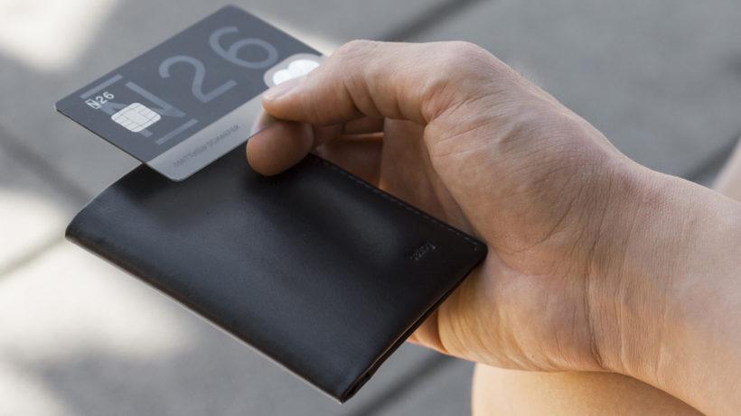 Die N26-Karte in Händen eines Kunden. © N26