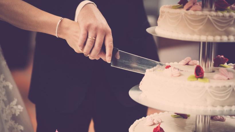 Ein Ehevertrag soll dafür sorgen, dass auch nach der Scheidung jeder sein Stück vom Kuchen bekommt © Pexels