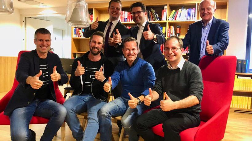 Michael Eisler (Vorstand startup300 AG), Daniel Horak (Vorstand Conda AG), Hannes Schlager (Brandl & Talos), Bernhard Lehner (Vorstand startup300), Martin Kollar (Brandl & Talos), Paul Pöltner (Vorstand Conda AG) und Hans Zavesky (Aufsichtsratsvorsitzender Conda AG) beim Deal-Signing. © startup300/Conda
