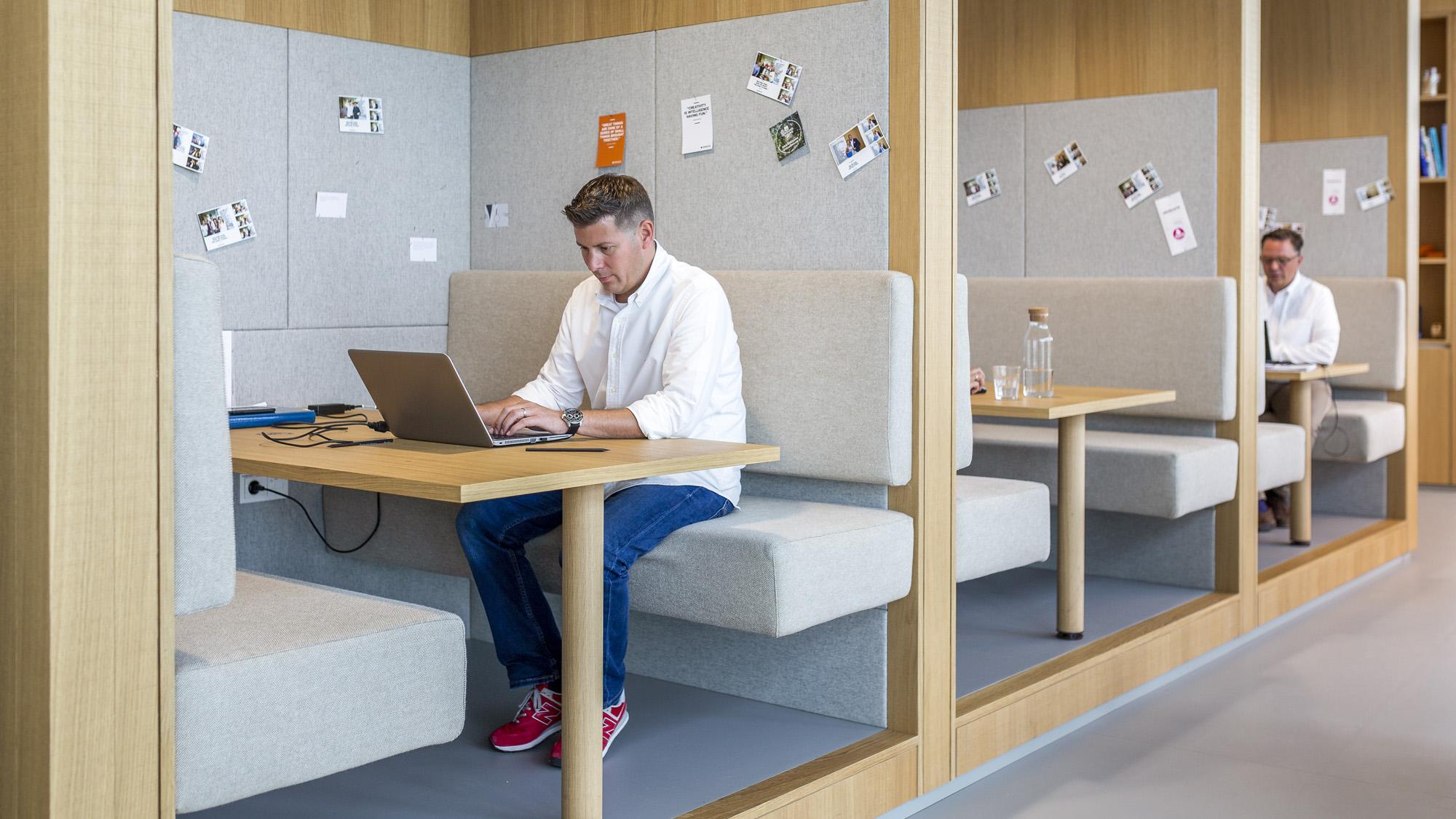 Ein typischer Coworking-Arbeitsplatz von im Corporate Design von Spaces - seit heuer auch in Wien © Spaces
