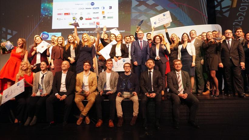 Die Finalisten des i2b-Wettbewerbs auf der Bühne des Erste Campus. © Trending Topics