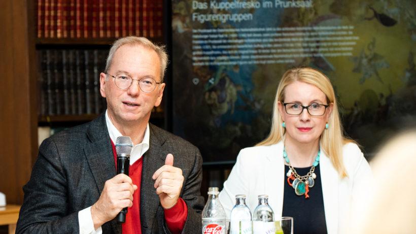 Eric Schmidt mit Wirtschaftsministerin Margarete Schramböck © BMDW/Hartberger