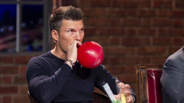 Florian Gschwandtner pustet in den 123schnarchfrei-Ballon, investiert aber nicht © Gerry Frank