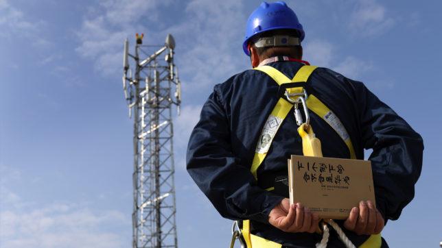 "Techniker mit dem Buch ""The Huawei Story"". © Huawei"