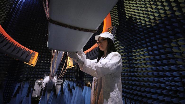Qualitätskontrolle von Netzwerkeantenne im Labor. © Huawei
