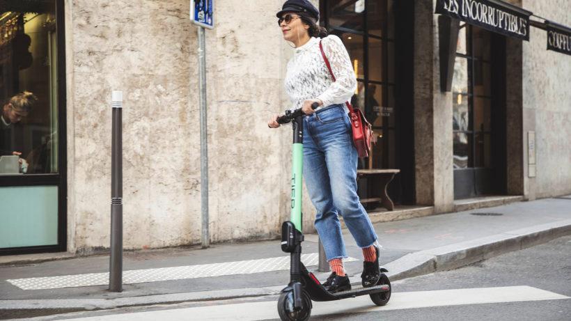 Rollerfahren mit dem E-Scooter. © Tier Mobility