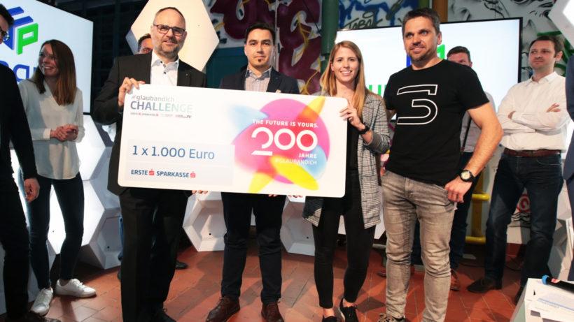 Maximilian Pointer (Sparkasse Oberösterreich) überreicht den Preis an UpNano. © Trending Topics / David Bitzan
