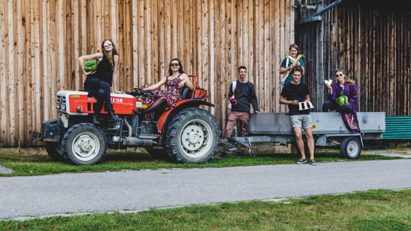 Das markta-Team am Traktor. © Anna Zora / markta