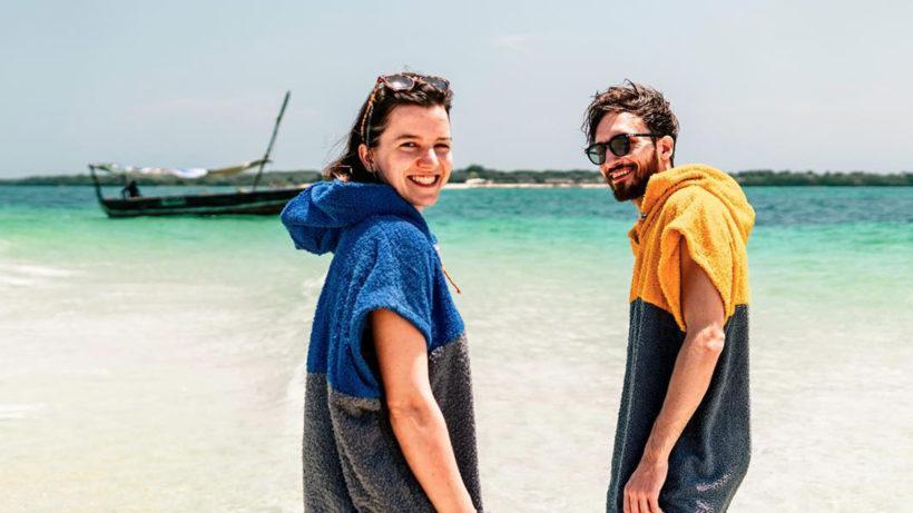 Clarissa Fritzsche mit Poncho und Freund am Strand. © Aponcho