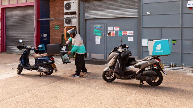 Moped-Boten im Auftrag von Deliveroo. © Deliveroo