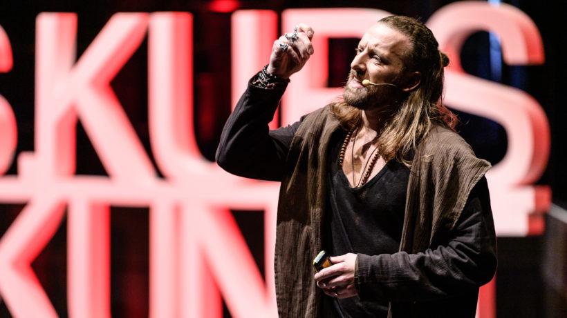 Anders Indset auf der Bühne © Matthias Rhomberg