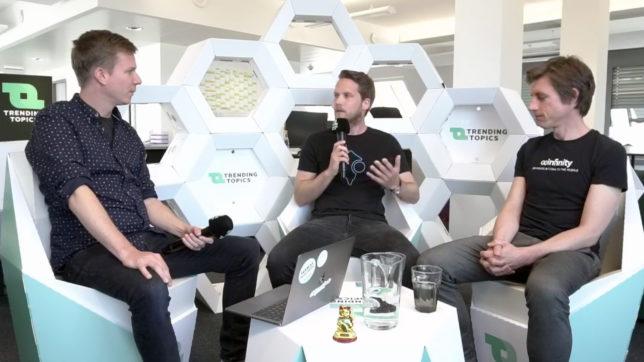 Jakob Steinschaden (Trending Topics), Paul Polterauer (Hero) und Max Tertinegg (Coinfinity) im Gespräch. © Trending Topics