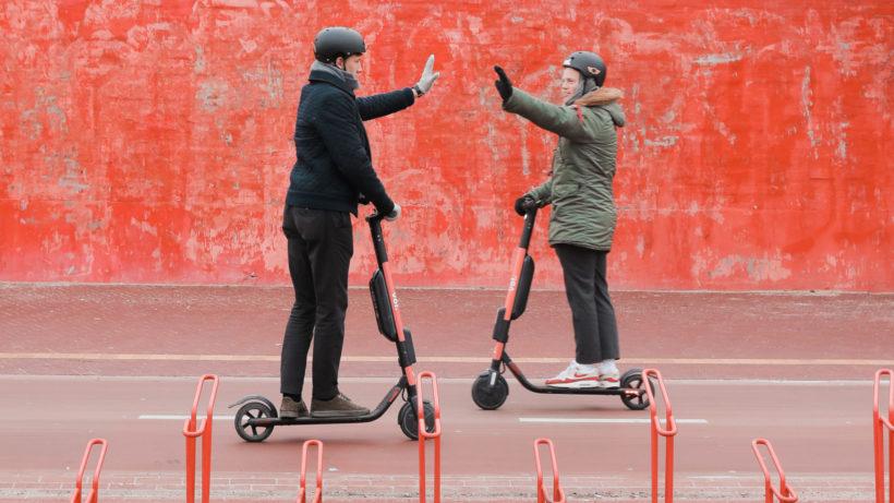 Die E-Scooter von Voi erobern die Straßen europäischer Städte. © Voi