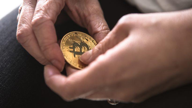 Ein Bitcoin in Händen. © Unsplash