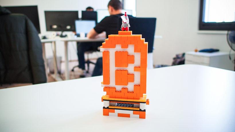 Bitcoin-Lego-Statue im Bitpanda-Office. © Trending Topics