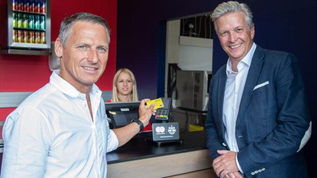 Stephan Reiter (FC Red Bull Salzburg) und Christian Schicker (Mastercard). © FC Red Bull Salzburg
