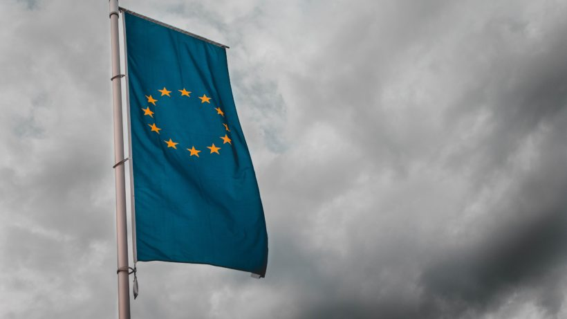 Europa-Flagge vor düsterem Himmel. © Sara Kurfeß on Unsplash