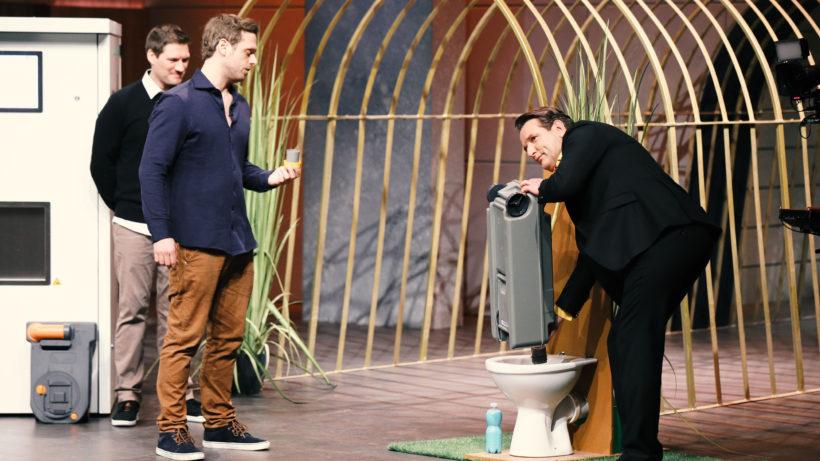 Ralf Dümmel entleert die Camping-Toilette © TVNOW / Frank W. Hempe