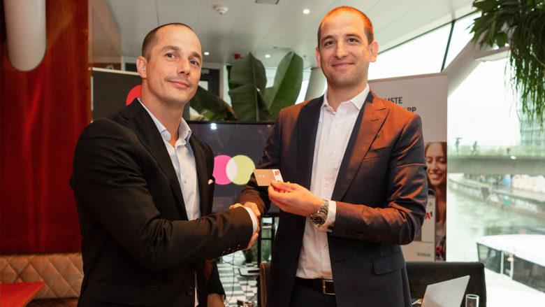 Christian Rau (Country Manager Mastercard Austria) und Matthias Stieber (CEO paybox Bank AG) stellen gemeinsam die neue A1 Mastercard vor. © Mastercard / Anja Kundrat