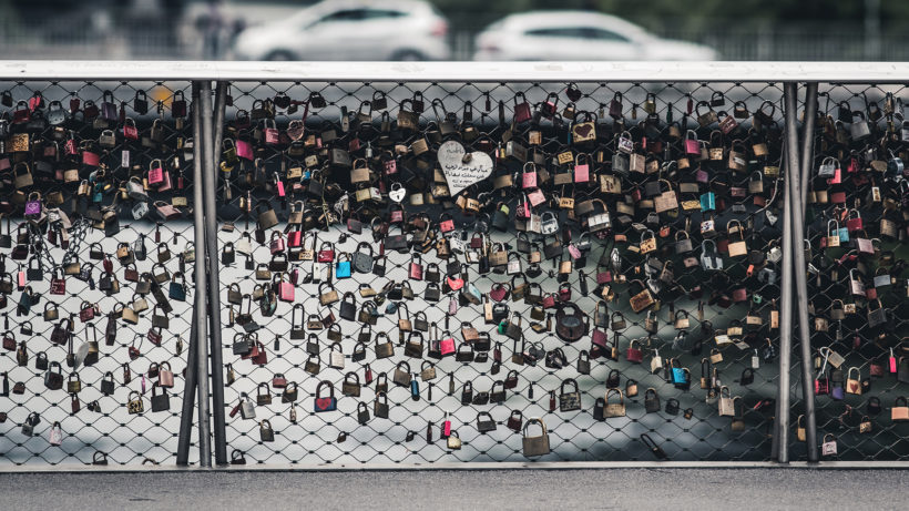 Liebeserklärungen auf der Brücke über die Mur in Graz. © Photo by Thomas Q on Unsplash