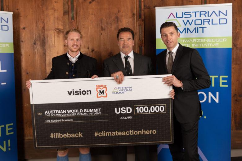 Raphael Reifeltshammer (Vision1), Arnold Schwarzenegger und Günther Helm (Müller) in Kitzbühel. © Vision1