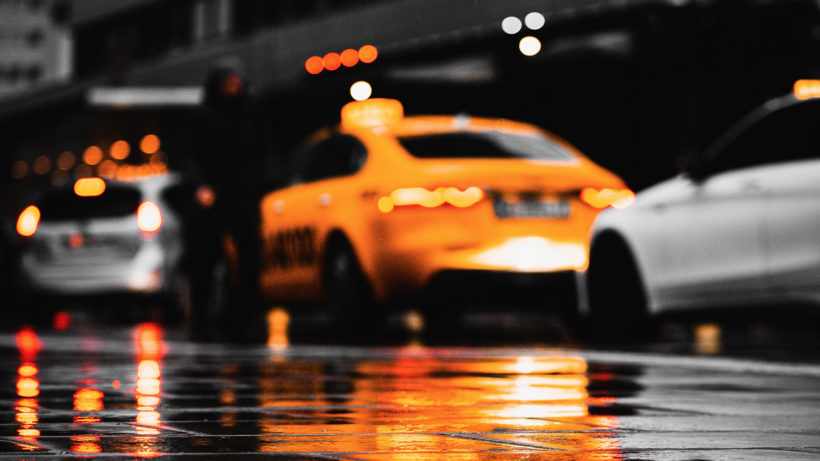 Die Taxis gegen Uber. © Photo by 𝗔𝗹𝗲𝘅 𝘙𝘢𝘪𝘯𝘦𝘳 on Unsplash
